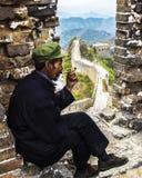 Man på den kinesiska stora väggen Arkivfoto