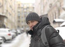 Man på den snöig gatan Arkivbilder