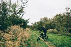 Man på den svarta cykeln Royaltyfri Fotografi