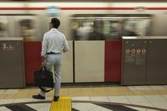 Man på den underjordiska stationen för tunnelbanagångtunnel - Tokyo Royaltyfri Bild