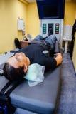 Man på detkirurgiska ryggrads- dykarsjukatillvägagångssättet royaltyfri foto