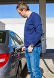 Man på en bränslestation Royaltyfria Bilder