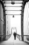 Man på en bro Arkivfoto