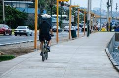 Man på en cykel Royaltyfria Foton