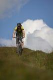 Man på en cykel Arkivfoton