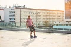 Man på en hoverboard Arkivfoton
