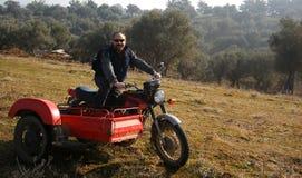 Man på en motorbike royaltyfri fotografi