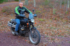 Man på en motorcykel Fotografering för Bildbyråer