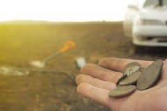 Man på en skattjakt med en metalldetektor i träna på fältet arkivbilder