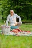 Man på en utomhus- picknick Royaltyfri Fotografi