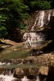 Man på en vattenfall Royaltyfri Foto