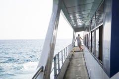 Man på ett däck av ett skepp Royaltyfria Foton