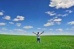 Man på fältet under härlig himmel Arkivbild