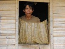Man på fönstret av hans hem Royaltyfri Foto