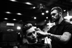 Man på frisören Arkivbild
