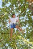 Man på hängande moment Arkivfoto