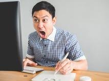 Man på hans kontorsskrivbord Arkivbilder