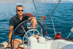 Man på hans seglingyachtfartyg sport fotografering för bildbyråer