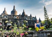 Man på ingången av en hinduisttempel i Bali, Indonesien royaltyfri foto