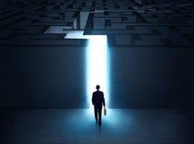 Man på ingången till en labyrint Arkivfoto