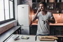 Man på kök fotografering för bildbyråer