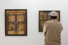 Man på konstutställningen arkivbild