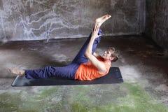 Man på matta praktiserande pilates Royaltyfria Bilder