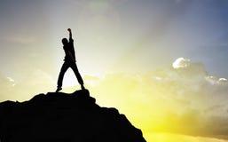 Man på maximumet av berget och suntlight, framgång, conc vinnare Royaltyfri Fotografi