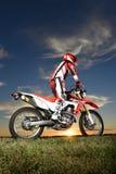 Man på motocrossmotorcykeln royaltyfria foton