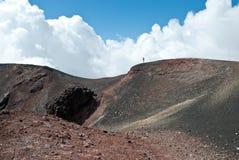 Man på Mountet Etna - vulkan Arkivfoton