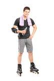 Man på rullskridskor som rymmer en vattenflaska Royaltyfria Bilder