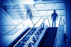Man på rulltrappan Arkivfoton