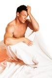 Man på sängen royaltyfria foton