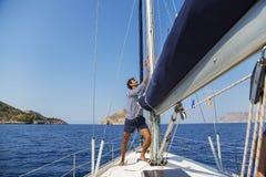 Man på segelbåten royaltyfri fotografi