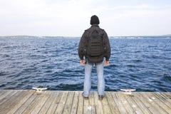 Man på slutet av skeppsdockan Royaltyfri Foto