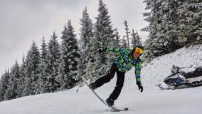 Man på snowboard Bukovel bergsemesterort Arkivfoton