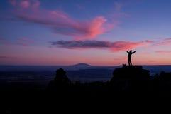 Man på solnedgången Arkivbilder