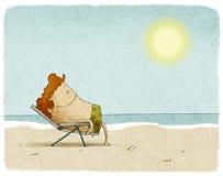 Man på solstol på stranden Arkivbild