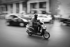 Man på sparkcykeln - Mumbai, Indien Royaltyfri Foto
