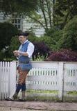 Man på staketet, koloniinvånare Williamsburg, Virginia Fotografering för Bildbyråer