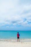 Man på strand fotografering för bildbyråer