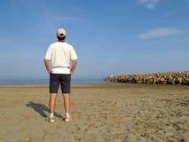 Man på stranden arkivbilder