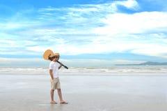 Man på stranden royaltyfri bild