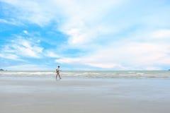 Man på stranden Fotografering för Bildbyråer