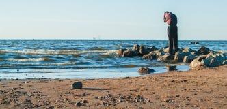 Man på stranden Arkivbild