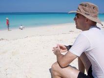 Man på stranden på semesterorten i Kuba Arkivfoto