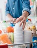 Man på supermarket royaltyfri bild
