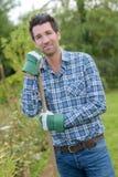 Man på trädgårds- hobby royaltyfria bilder