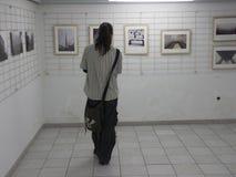 Man på utställningen av fotogrupp` f 5 6 `, Arkivbild