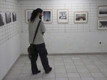 Man på utställningen av fotogrupp` f 5 6 `, Fotografering för Bildbyråer